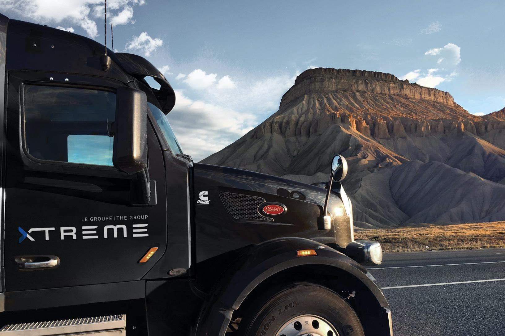 Photo en action | Plan rapproché | Camion noir | Montagnes